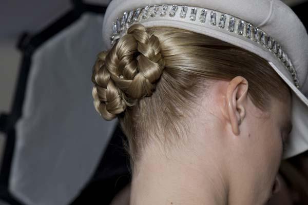 Haartrend Herfst Winter 2012 2013 - gevlochten knotjes bij MAX MARA