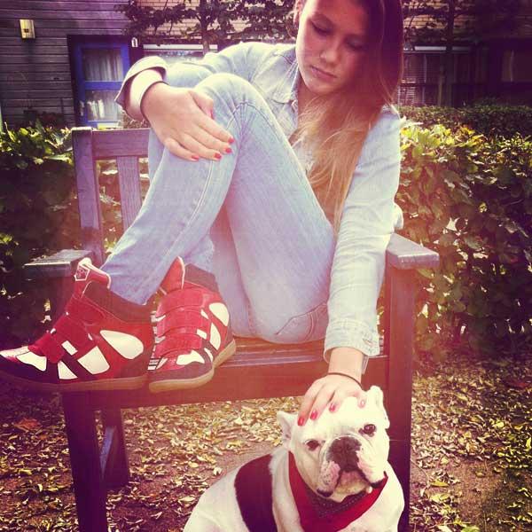 Joanne en Sjonnie allebei blij met de Skechers Wedge sneakers